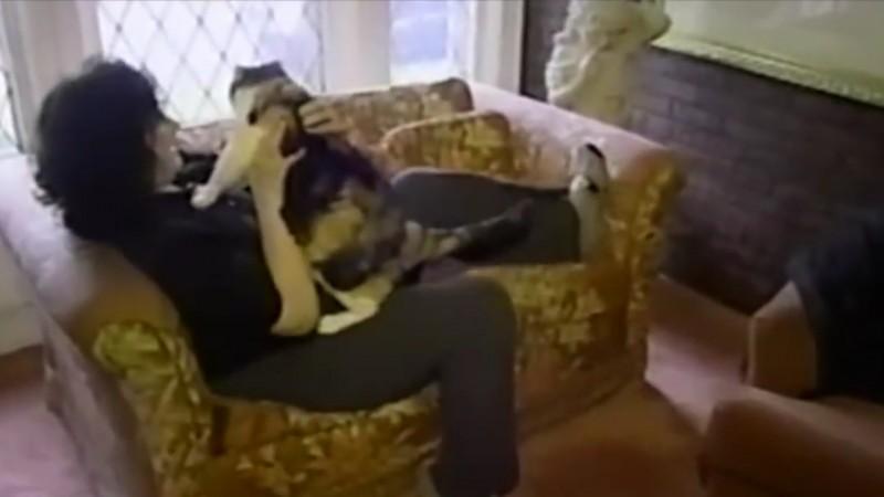 Une jeune vous fait dcouvrir le fin fond de sa chatte VIDEO